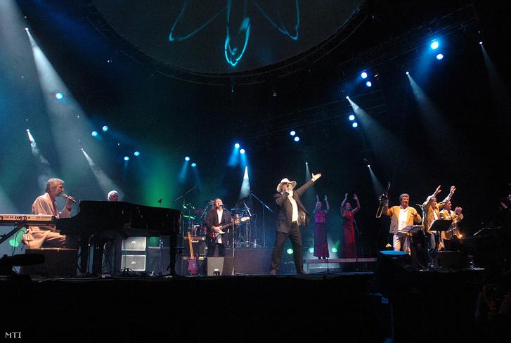 A 2004. november 13-án készült felvételen az Apostol együttes ad koncertet a Papp László Sportarénában. Középen az együttes énekese Meződi József
