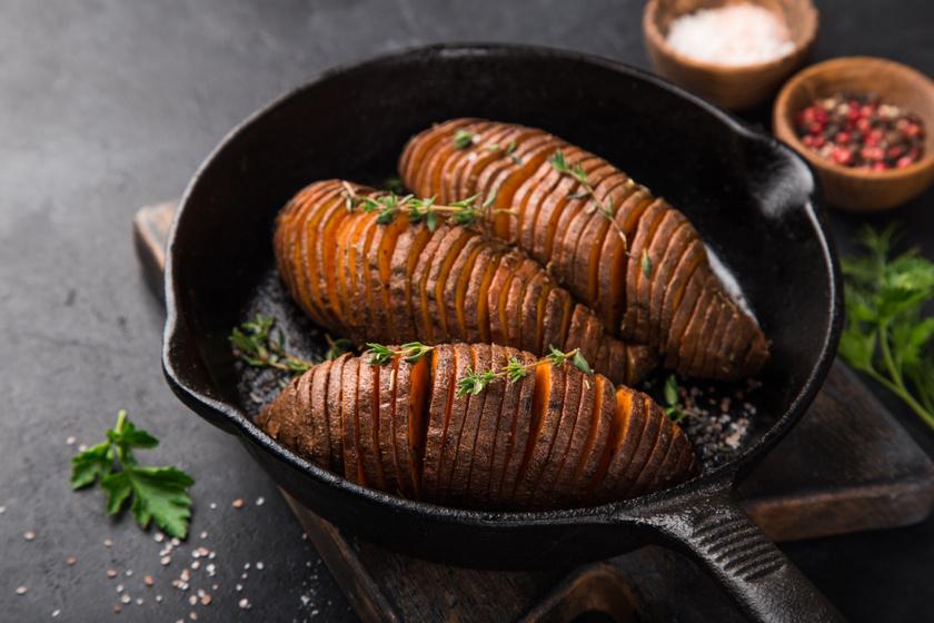 Hasselback édesburgonya, fűszeres vajjal sütve: egyszerűen készül a finom köret