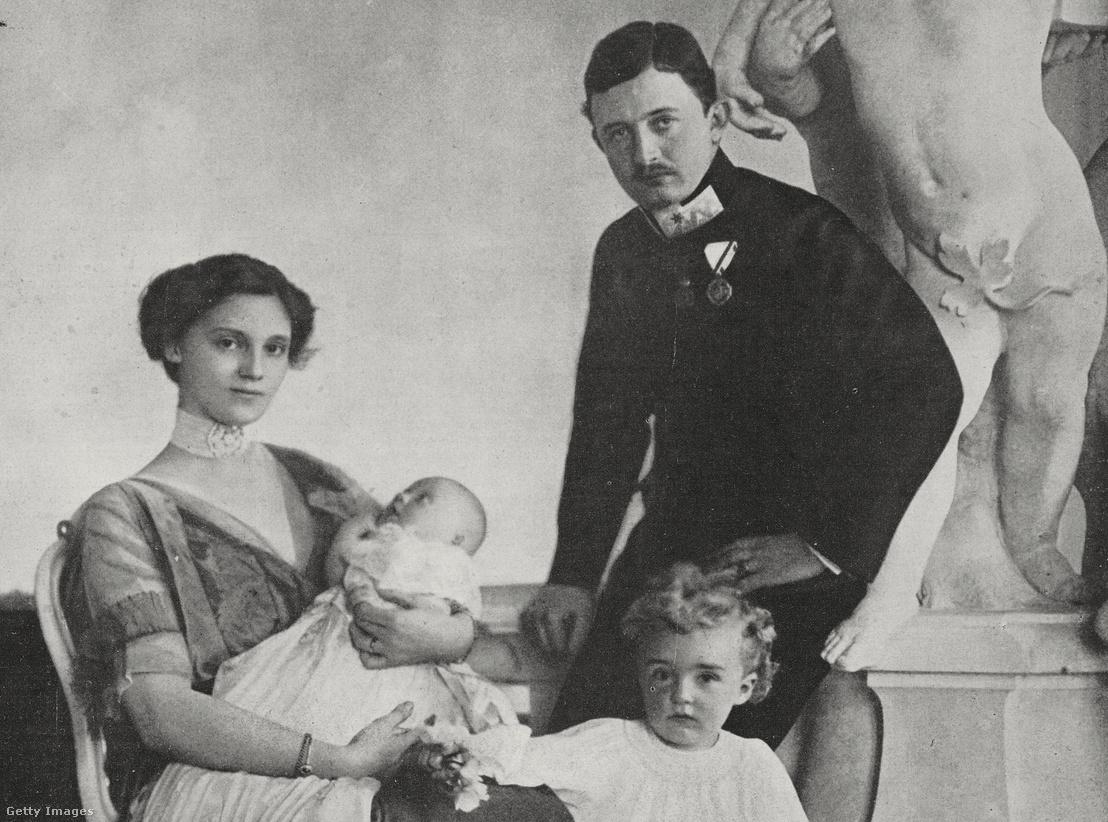 IV. Károly feleségével, Zita bourbon-parmai hercegnővel és gyermekeikkel 1914. július 5-én