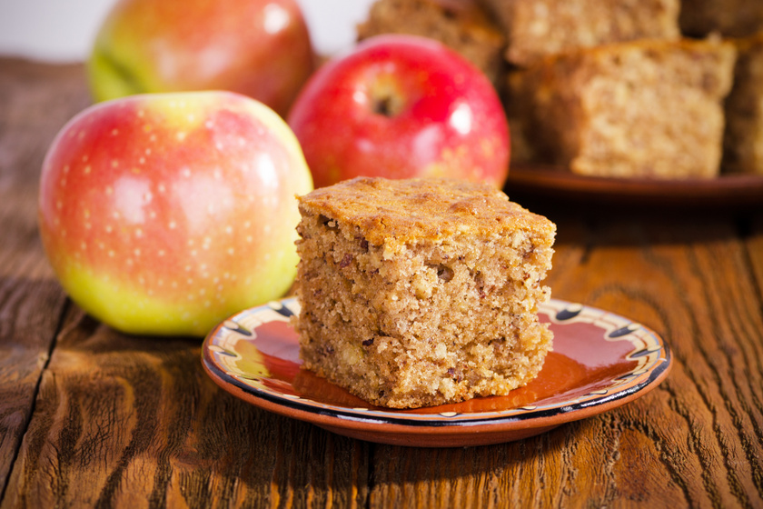 Puha almás, diós kevert süti: bögrével is kimérheted a hozzávalókat
