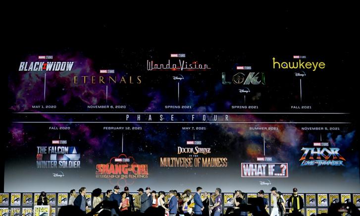 A 2019-es San Diego-i Comic Con rendezvényen jelentette be negyedik fázisát a Marvel Studios. Ha minden a tervek szerint haladt volna, idén már láthattuk volna az Örökkévalókat, Pókembert és Doctor Strange-et is, és már csak Thorra várnánk. A premierdátumok azonban 2022-23-ra is átcsúsztak a koronavírus és produkciós csúszások miatt