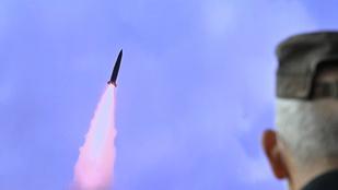 Észak-Korea tengeralattjáróról indított ballisztikus rakétát tesztelt