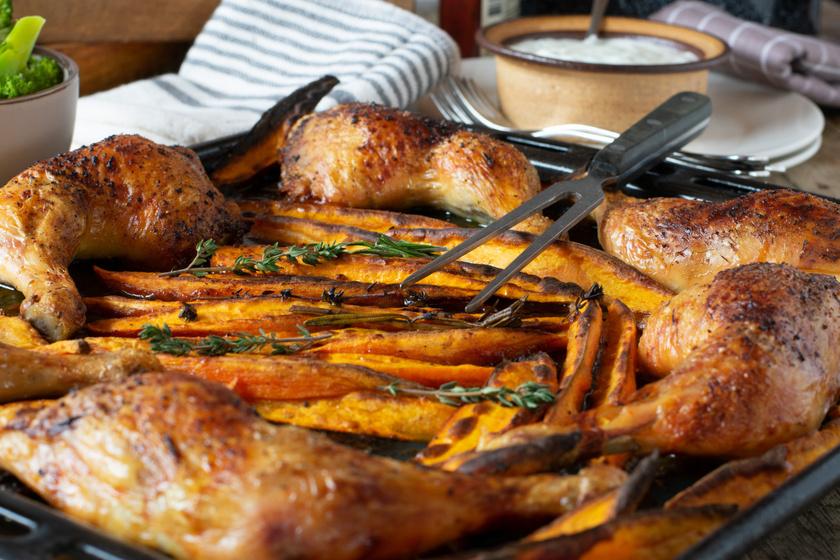 Fűszeres csirkecombok édesburgonyával sütve: együtt pirulnak az édes és sós ízek