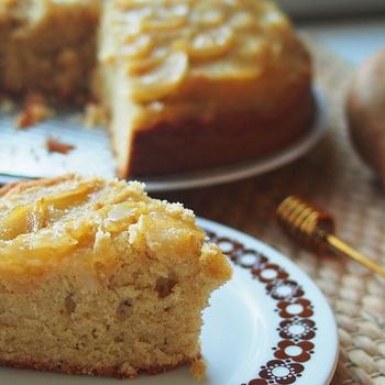 Mennyei, pihe-puha fahéjas sütemény: mézes szirupban főtt körte koronázza meg