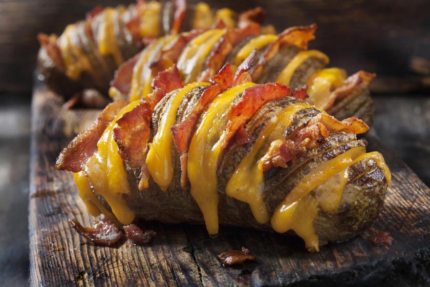 Baconös, sajtos Hasselback-krumpli: kívül ropogós, belül puha