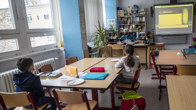 Áttörés az oktatásban: nincs több ingyenmunka a pedagógusoknak