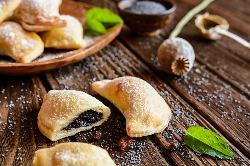 Foszlós mákos párnácskák középen gazdag töltelékkel: egyszerű gyúrt tésztából készül