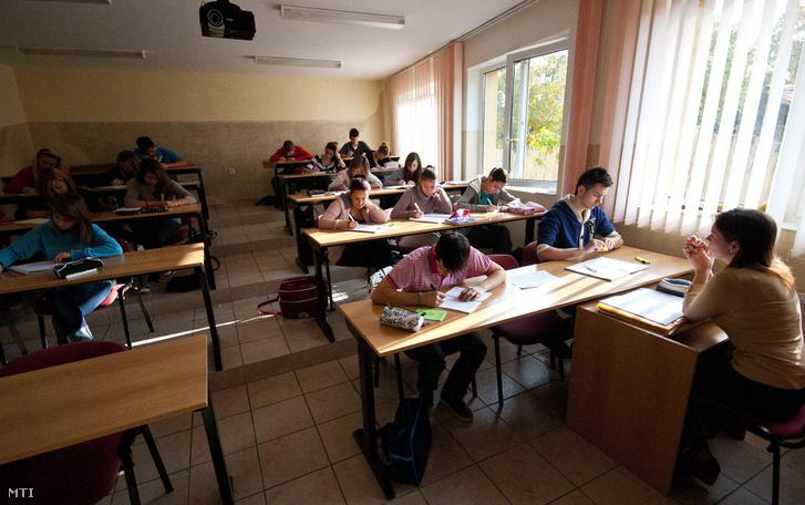 Egy tanárnő tanít egyszakközépiskolában