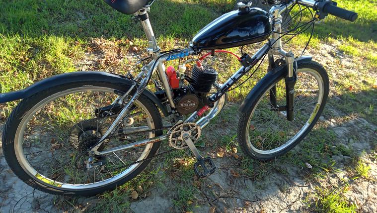 Ilyen egy igazi segédmotoros kerékpár