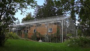 Üvegházat vont nyaralója köré egy svéd házaspár