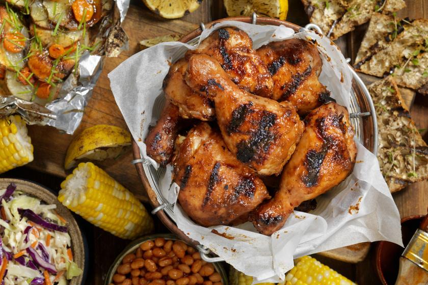 Ropogós, omlós csirkecombok sörös pácban érlelve: gyönyörű fényes lesz a bőre