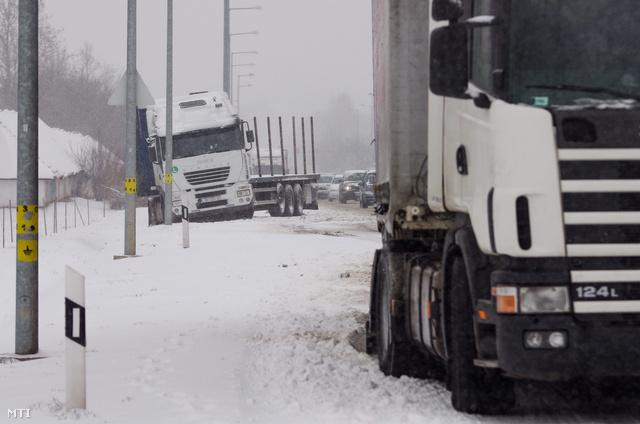 Pécs 2013. március 25.Hóban elakadt kamionok Pécsett az 56-os úton 2013. március 25-én. A Dél-Dunántúlon reggel intenzív havazás kezdődött.
