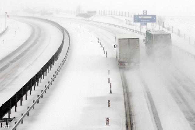 Nagykanizsa 2013. március 25.Kamionok a sűrű hóesésben az M7-es autópályán Nagykanizsánál 2013. március 25-én. A Dél-Dunántúlon reggel intenzív havazás kezdődött.