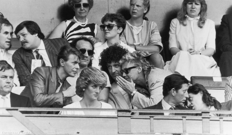 Az 1985-ös Live Aid segélykoncerten Bowie épp a queenes Roger Taylorral és Brian Mayjel beszélget. Előttük Diana hercegnő és férje, Károly herceg ül, utóbbit a Live Aid kiagyalója, Bob Geldolf tartja szóval. A londoni koncerten egyébként a Queen és Bowie is fellépett. Bowie eredetileg Mick Jaggerrel adta volna elő a Dancing In The Streetet úgy, hogy a Rolling Stones frontembere a Live Aid philadelphiai eseményén volt éppen, de ez végül technikai akadályok miatt nem jött össze, így csak egy közös videót vetítettek le.