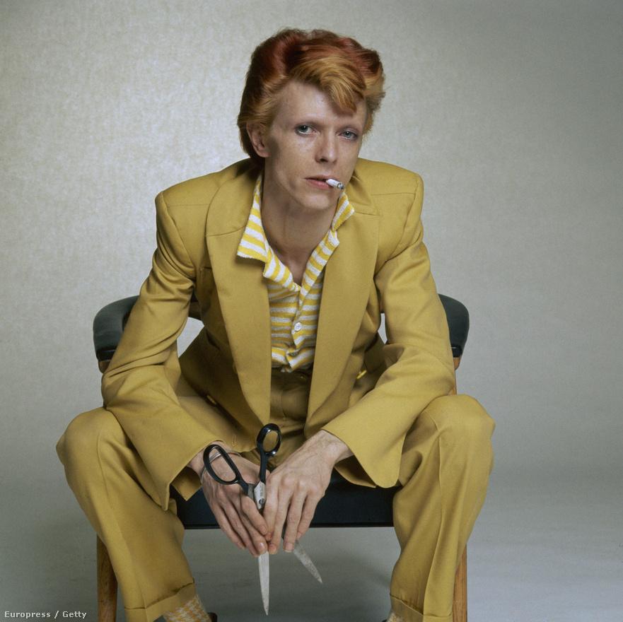 Az előző évekhez képest teljesen másképpen festő David Bowie 1974-ben.
