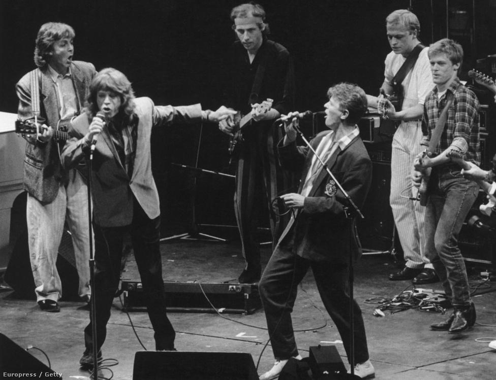 Újabb segélykoncert, újabb all star csapat. Az 1986-os fotón Paul McCartney, Mick Jagger, Mark Knopfler, David Bowie, Mark King és Brian Adams szerepel. A dal amúgy Bowie és Jagger duettje volt eredetileg. A két rocksztár között egy makacs pletyka szerint nem csak klasszikus férfibarátság volt. Bowie szexuális orientációjáról egyébként a mai napig nem lehet biztosat tudni, ő maga is ellentmondásosan nyilatkozott mindig erről. A legáltalánosabb nézet szerint az énekes biszexuális.