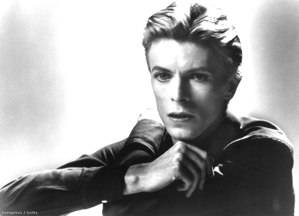 """Egy 1976-os portré Bowie-ról. Az énekesre ekkor már erősen hatottak az olyan német elektronikus zenekarok, mint a Kraftwerk vagy a Neu!. Ez a rajongás később a Brian Enóval közös, a Low, a                          """"Heroes"""" és a Lodger albumokat magába foglaló, úgynevezett Berlin Trilogyban csúcsosodott ki."""