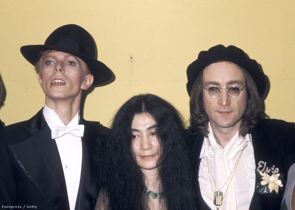 David Bowie, Yoko Ono és John Lennon az 1975-ös Grammy-díjátadón.