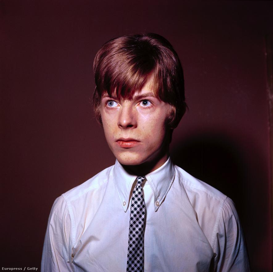 1965-ös portré a 18 éves David Robert Jonesról, aki a Davy (vagy Davie) Jones színpadi nevet cserélte le David Bowie-ra, nehogy véletlenül összekeverjék a Monkees ugyanilyen nevű énekesével.