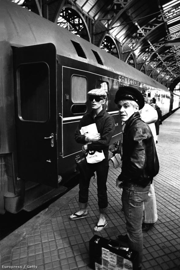 David Bowie és Iggy Pop a koppenhágai vasútállomáson 1976-ban. Bowie és Iggy a hetvenes évek második felében lényegében összenőtt, olyannyira, hogy Iggy első két szólólemezének producere is Bowie volt.