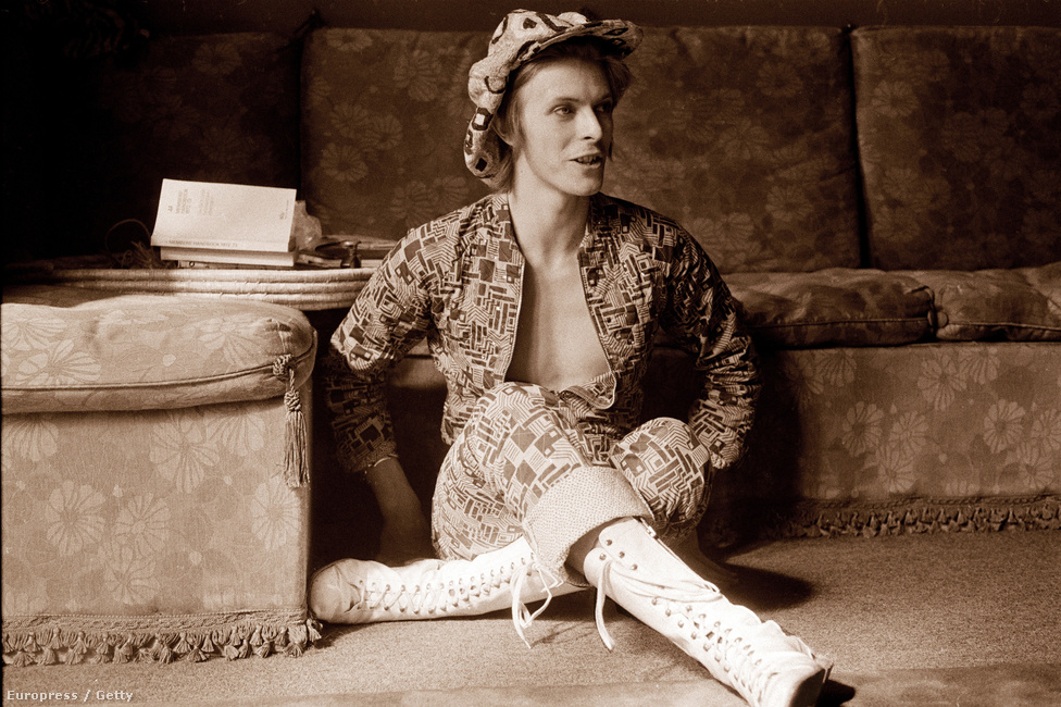 Bowie beckenhami otthonában 1972-ben, a klasszikus, The Rise and Fall of Ziggy Stardust and the Spiders from Mars című lemez megjelenése előtt nem sokkal. Ekkor már négy albuma is kijött az énekesnek, az első még 1967-ben.