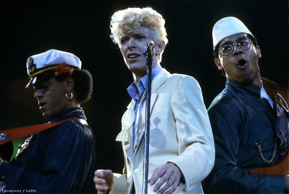 David Bowie, Carmine Rojas basszusgitáros és Carlos Alomar gitáros a Los Angeles-i Forumban 1983-ban, a Serious Moonlight turnén. A 96 állomásos körút a Let's Dance című lemezt hivatott népszerűsíteni, hatalmas sikerrel.