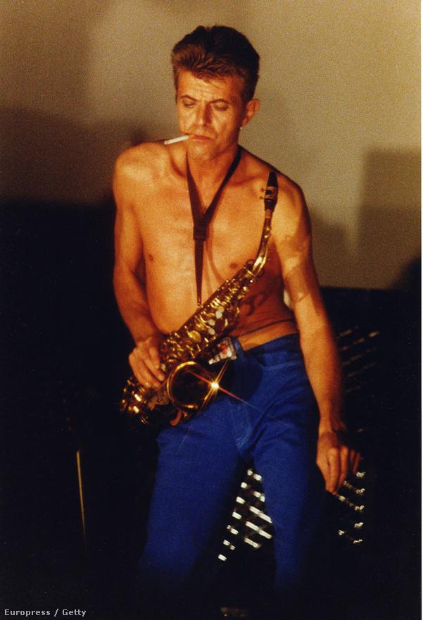 Bowie 1988-ban ráunt a szólóelőadói létre, és Reeves Gabrels gitárossal, Tony Sales basszusgitárossal és Hunt Sales dobossal megalapította a Tin Machine-t, amivel aztán két lemezt is kiadtak 1992-es feloszlásukig. Az 1991-es képen Bowie a londoni Brixton Academy színpadán látható a Tin Machine élén.