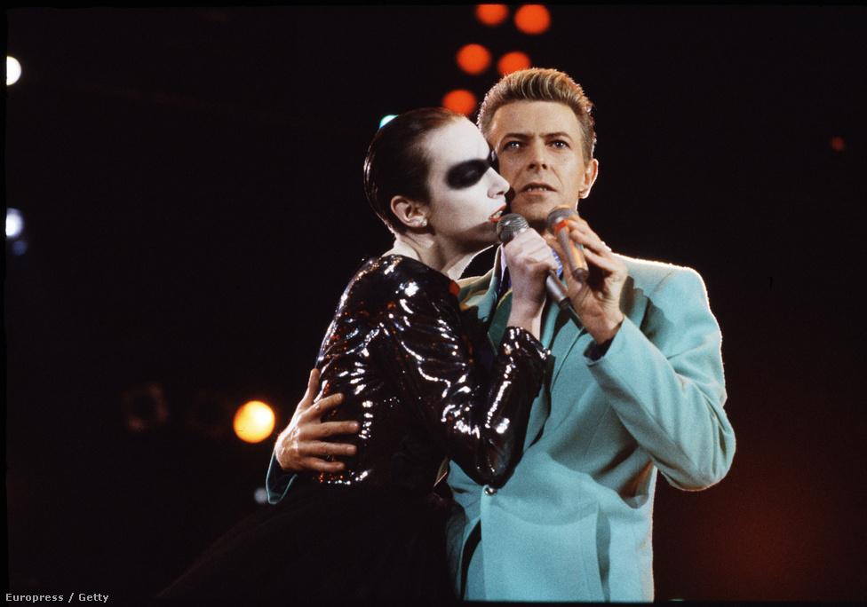 1992-ben rendezték meg a Freddie Mercury tribute koncertet a londoni Wembly Standionban, ami egyben egy AIDS ellenes esemény is volt. Itt lépett fel együtt Bowie és a eurythmicses Annie Lennox.