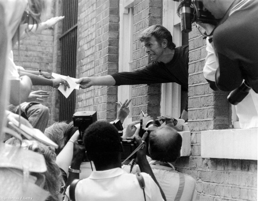 Bowie autogramot osztogat szülőhelyén, Brixtonban, 1989-ben.