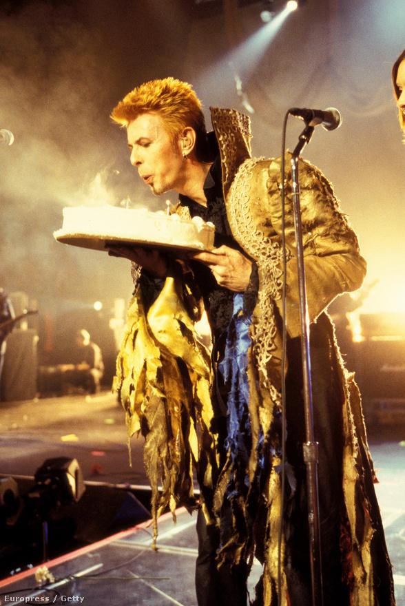 Az ötvenéves Bowie születésnapi tortával a kezében, a New York-i Madison Square Gardenben, 1997-ben.