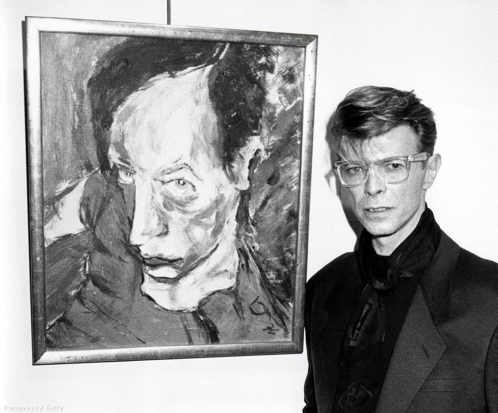 Egy 1990-es kép Bowie-ról, és a saját maga által készített festményről. Az alkotás egy rákellenes szervezet árverésén kelt el New Yorkban.