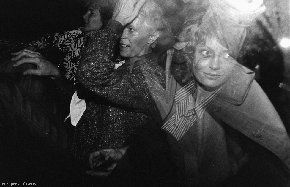 David Bowie és Susan Sarandon színésznő 1983-ban. Bowie már a hatvanas évek végén belekóstolt a színészetbe, és kisebb nagyobb szerepekben a mai napig feltűnik. Legutóbbi emlékezetes megjelenése, mikor a Tökéletes trükk című filmben Christian Bale, Hugh Jackman és Scarlett Johansson mellett alakíthatja Nikola Tesla feltalálót.