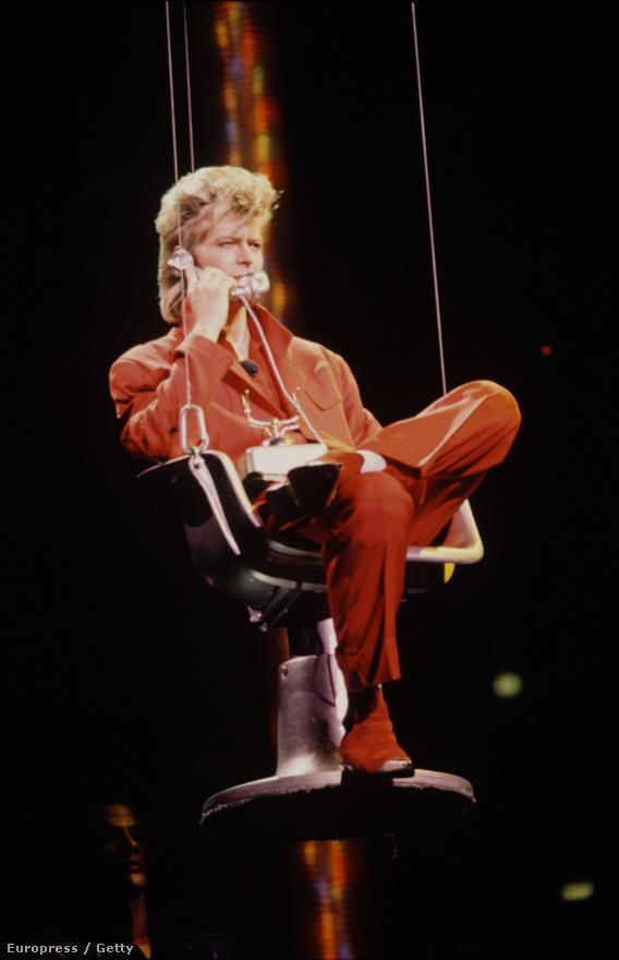 David Bowie 1987-ben a színpadon a Glass Spider Tour keretében. A turné a Never Let Me Down lemezt támogatta, és még nagyobb siker lett, mint a Serious Moonlight Tour. Összesen több mint hárommillióan váltottak jegyet az állomásaira világszerte.