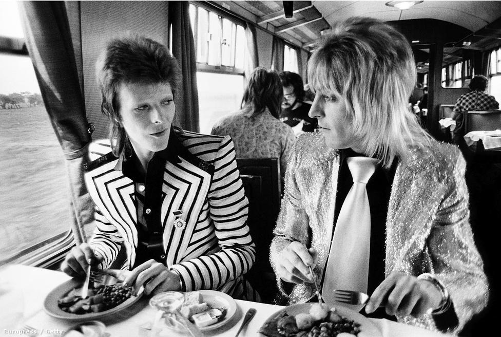 David Bowie és Mick Ronson gitáros a hetvenes években. Ronson tagja volt a Spiders from Mars zenekarnak, ami lényegében Bowie Ziggy Stardust-os énjének a háttércsapataként létezett, de a zenész ezen kívül is dolgozott többször a lemezről lemezre, zenében és imidzsben is megújuló, ezért a pop kaméleonjának is hívott énekessel.