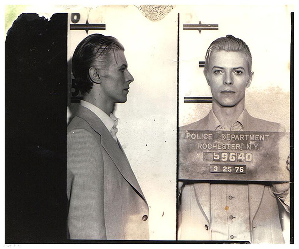 Természetesen, mint minden rendes pszichedelikus popelőadó, Bowie sem maradhatott ki a hetvenes évek drogbalhéiból. A képen egy 1976-os New York-i, drogbirtoklás miatti letartóztatás bizonyítéka látható, és ezen ugyan nem lehetett rajta, de Iggy Popról is készült ugyanekkor egy ugyanilyen. Bowie ebben az időszakban épp Thin White Duke bőrébe bújt, akihez a masszív kokainfogyasztás is hozzátartozott. Ez jelentősen lerontotta Bowie egészségi állapotát, és emiatt kénytelen volt Európába áttenni székhelyét jó pár évre.