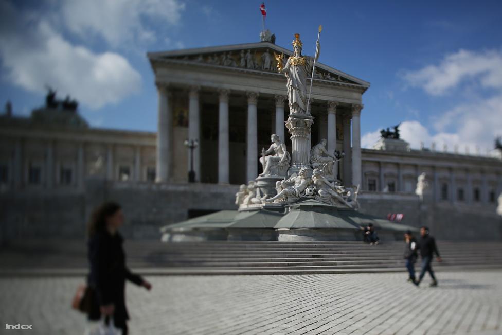 """Hitler rajongott a Parlament épületéért: """"Csodálatos hellén műalkotás német földön"""" - írta. Barátja, Kubizek szerint """"órákon át képes volt nézegetni egy ilyen épületet, és ily módon egészen apróságokat is megjegyzett. Ami az épület falain belül történt, azért már kevésbé volt lelkes. Már 19 éves korában látogatta a plenáris üléseket. A pártok mellett a nemzetiségek, sőt az egyazon nemzetiséghez tartozó pártok is szemben álltak egymással. A több napig tartó obstrukciókkal, párbajképes  sértegetésekkel, dulakodásokkal, verekedésekkel tarkított vitákon ábrándult ki a parlamentarizmusból, pedig előtt - állítása szerint - csodálta az angol parlamentet, és el sem tudott képzelni más lehetőséget a kormányzásra. A bécsi parlament munkáját tanulmányozva jutott el odáig, hogy """"nincs a világon még egy olyan elv, amelyik objektíve szemlélve, olyan rossz volna, mint a parlamentarizmusé""""."""
