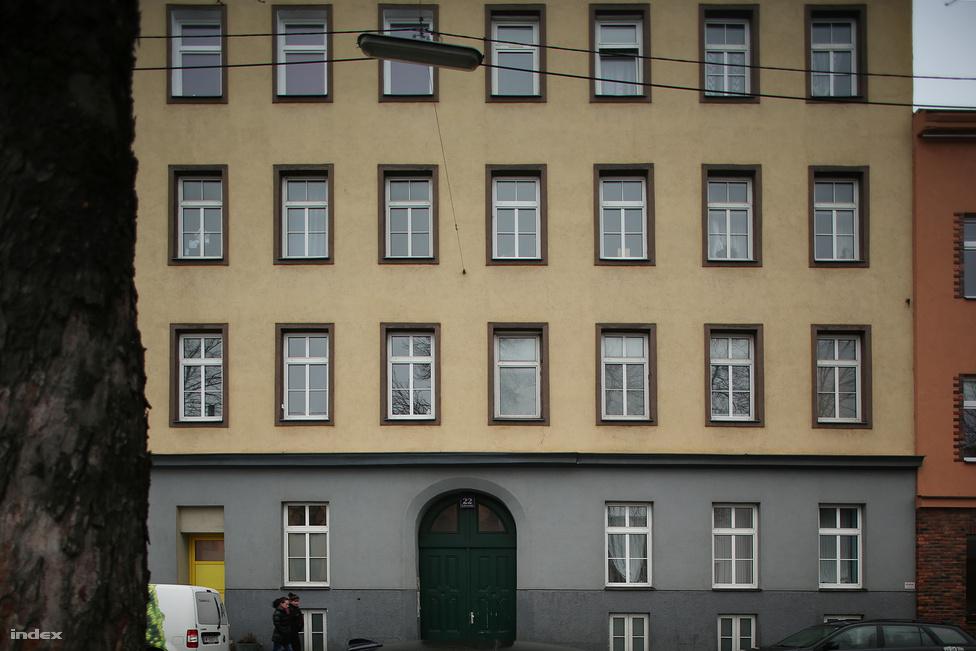 Felberstrasse 22. 1908. november 18-án jelentkezik be előző, stumpergassei lakásától tíz perc sétára eső otthonába. Az időközben Linzbe hazautazott barátját, Kubizeket nem értesítette a költözésről, így az itt 1909. augusztus 20-ig eltöltött hónapjairól keveset tudunk. Ami biztos: anyagi helyzete megrendül, állandó munkája nincs, és még a linzi Múzeumi Egyletből is kilép, hogy megtakarítsa az esedékes évi 8,40 koronás tagsági díjat.