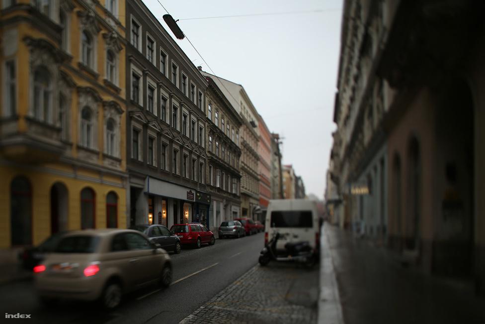 """Stumpergasse 31. A 19 éves Adolf Hitler a második lépcsőház első számú szuterénlakásának tíz négyzetméteres kamrájában kezdi el bécsi életét 1908 februárjától november 18-ig. Főbérlője egy cseh varrónő volt, aki havonta tíz korona lakbért kért. A ház utcai frontján a St.-Vinzenz Olvasóegylet könyvtára működött. Hitler a kis szuterénből gyalog tette meg az utat végig a Mariahilfer Strassén a Képzőművészeti Akadémiáig, ahová felvételt akart nyerni. (Hitler a linzi barátjával, August Kubizekkel lakott itt, aki visszaemlékezéseiben tévesen a 29-es számot, a sárga házat adta meg közös életük helyszínéül.) Képzeljük el a jelenetet - Kubizek könyve alapján -, ahogy éjszakánként Hitler szónokolni kezd barátjának a tíz négyzetméteren. """"Előfordult, hogy ezek a szónoklatok túl hosszúak voltak, ilyenkor elaludtam. Amint észrevette, felrázott, és rám kiabált: talán már nem érdekel, amit mond? Ha nem érdekel, akkor alhatok nyugodtan, hiszen akinek nincs nemzeti tudata, az ma mind alszik. Én erre határozottan felültem, és erőszakkal nyitva tartottam a szemem."""""""