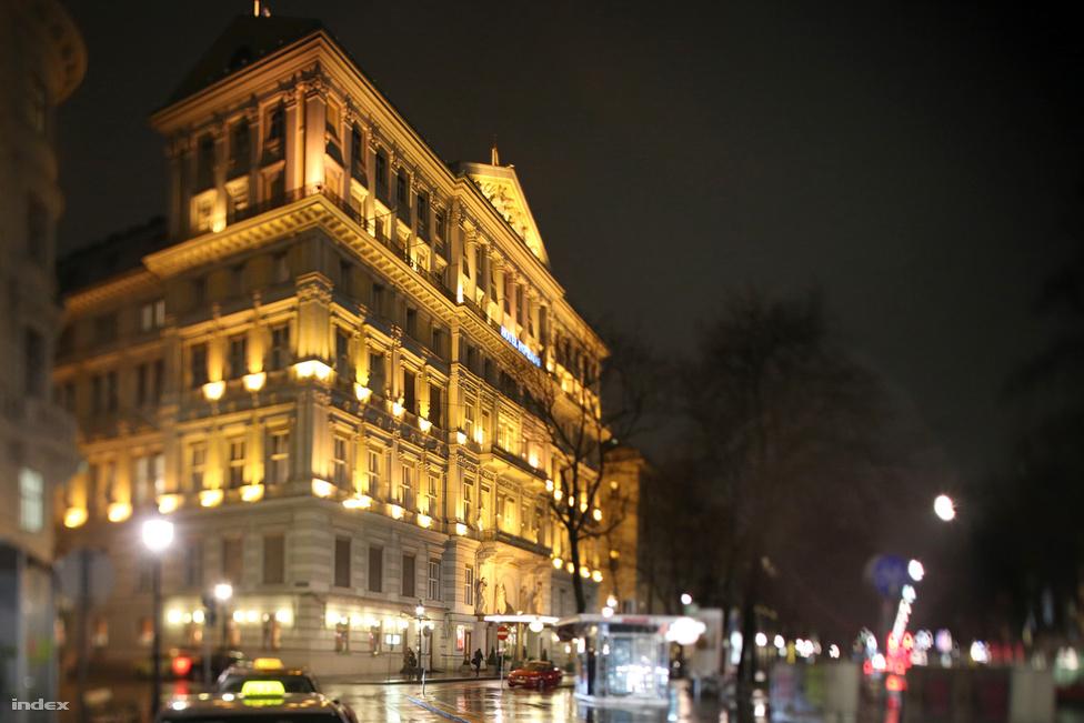 """Az Imperial Hotel a Ringstrassén. Hitler a horogkeresztes zászlókkal feldíszített épület első emeletén, egy kis lakosztályban szállt meg 1938 márciusában, az Anschluss utáni éjszakán. Vele volt szeretője, Eva Braun is. Hitler fiatalkorában rajongott a városfal 19. századi lerombolásával keletkezett Ring épületeiért. Rengeteg rajzot készített róluk, amelyek elvesztek. Állítólag még évtizedekkel később is képes volt méretarányosan lerajzolni a Ringstrasse és a környező kerületek palotáit. Hitler később így írt a Ringstrasséról: """"A legszebb út, amelyet a régi erődítésekre valaha is emeltek, az épületek ugyan eklektikus stílusúak, de egyéni akaratú, jó építészek hozták létre, és ezért nem estek áldozatul az epigonszerűségnek."""""""