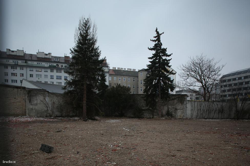 """Meldemannstrasse 27. Hanisch és Hitler üzlete beindult, 2010. február 9-én átköltöztek hát a város másik felére, Európa egyik legkorszerűbb férfiszállására. Az 544 lakó külön hálófülkét kapott, vagyis ezt a házat - ellentétben a kastanienalleeivel - nem kellett minden nap 9 óráig elhagyni. A hálófülkékben villanyvilágítás volt, a fiatal Hitler éjszakánként hosszú órákon át olvasott, később műveltségének nagy részét ezekben az években szedte fel. A Mein Kampfban így ír erről az időszakról: """"Azért festettem, hogy kenyeret keressek, és azért tanultam, hogy örömömet leljem.""""  Hitler itt is szeretett szónokolni a társainak, miközben Hanisch azt szerette volna, ha minél több képet rajzol és fest. Útjaik szétválnak. Hitler 1913 májusáig élt itt, majd Münchenbe költözött. Az épületet 2004-ben lebontották."""