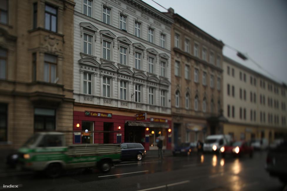 Sechshauser Strasse 58. I. emelet, 21-es szám. 1909. augusztus 22-én jelentkezett be íróként az új, a központtól messzebb eső albérletébe, de csak három hétig lakott itt. A bejelentőlapon az állt, hogy Adolf Hitler nem fizette ki az albérleti díjat, és ismeretlen helyre távozott.  Hitler ekkor kezdi meg hajléktalan korszakát. Egy későbbi barátjának, Reinhold Hanischnak azt mesélte, miután elhagyta a Sechshauser Strasse-i albérletet, néhány éjszakát a kaiserstrasse egy olcsó kávéházában töltött, majd elfogyott a pénze, így parkokban éjszakázott, de a rendőrök folyton elzavarták. Egyszer egy gazdagnak látszó részegtől pénzt kért, miután már napok óta nem evett, mire megfenyegette a botjával.
