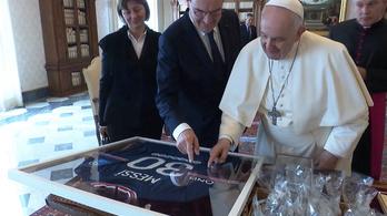 Ferenc pápa különleges ajándékot kapott Lionel Messitől
