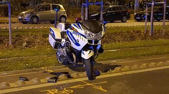 Szurkolói buszt kísért a motoros rendőr, amikor balesetet szenvedett