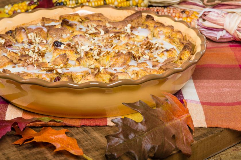 Tepsiben sült vaníliás kenyérpuding mazsolával megszórva: maradék péksütiből is mennyei