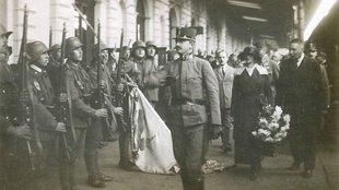 100 éve egy mobil királyi udvar járt diadalmenetet Magyarországon