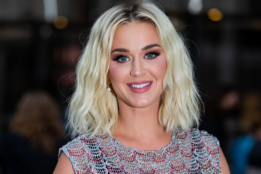 Katy Perry fürdőruhában ünnepelte 37. szülinapját: nőies idomokkal hódít az énekesnő