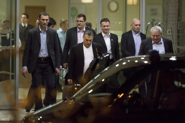 Orbán Viktor miniszterelnök (j5) távozik a Fidesz-KDNP évadnyitó frakcióüléséről a gyulai Erkel szállóból 2013. február 6-án.