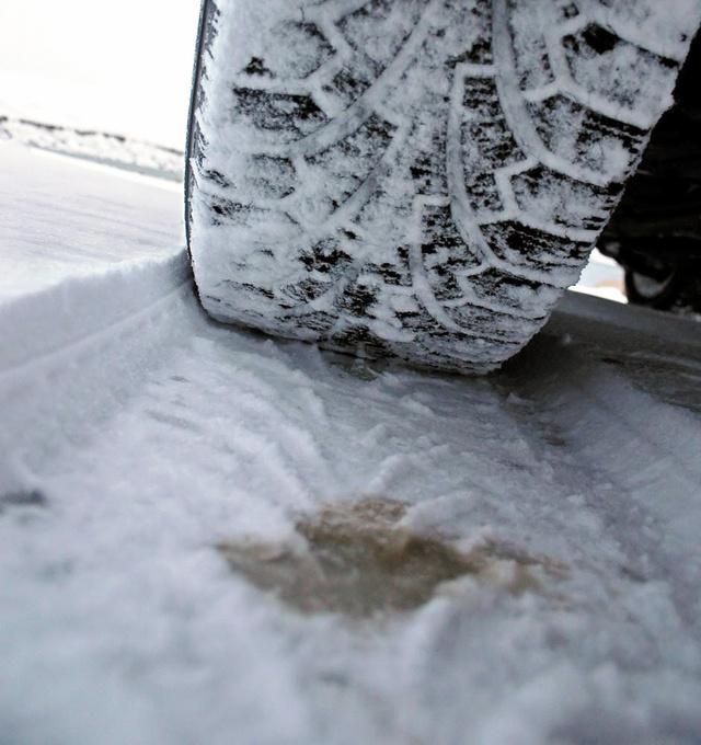 Gyenge a tapadás és még ki is kell taposni az utat - mély hóban egyértelmű a keskeny gumi előnye