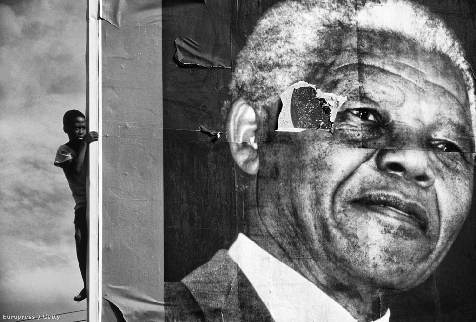 """Sokan nem tudják elképzelni Dél-Afrikát Mandela nélkül. """"Mindig elégedetlen voltam azzal, hogy félistennek ábrázolnak"""" - mondta magáról Mandela, aki viszont nem tulajdonított különösebb jelentőséget személyének."""