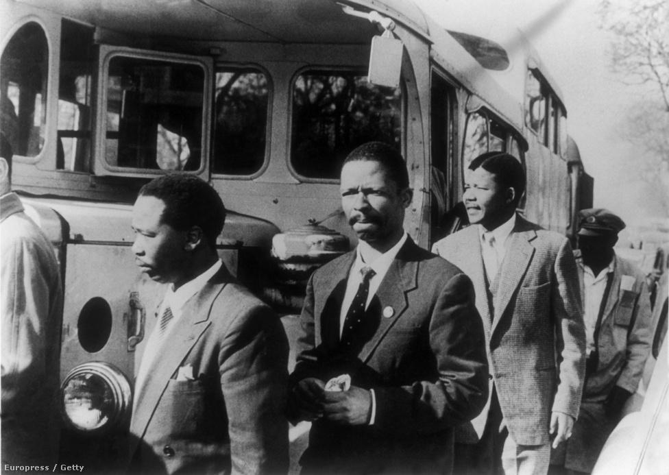 A megvádolt aktivisták, köztük Mandela érkezik a tárgyalóterembe.